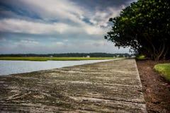 Opinión de ángulo del paseo marítimo y de la entrada Imagenes de archivo