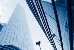 Opinión de ángulo inferior de diversos edificios corporativos imagen de archivo