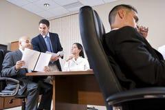 Opinión de ángulo inferior de la reunión de negocios en la sala de reunión fotos de archivo libres de regalías