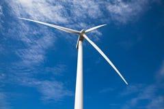 Opinión de ángulo inferior de la turbina de viento Foto de archivo libre de regalías