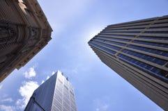 Opinión de ángulo inferior de los raspadores del cielo Fotografía de archivo libre de regalías