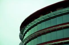 Opinión de ángulo inferior de un edificio de acero fotos de archivo libres de regalías