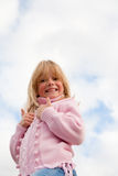 Opinión de ángulo inferior la niña, pulgares para arriba imagen de archivo