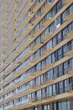 Opinión de ángulo oblicuo de un bloque de apartamentos moderno Foto de archivo