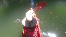 Opinión de ángulo superior la mujer Kayaking en la cámara POV de la acción de la laguna de la muchacha que se bate en el barco de almacen de video