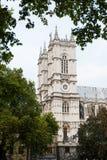 Opinión de abadía de Westminster entre los árboles en Westminster, Londres, Inglaterra, Reino Unido Imágenes de archivo libres de regalías
