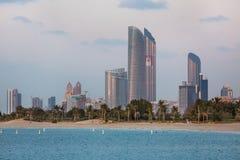 Opinión de Abu Dhabi Skyline Imágenes de archivo libres de regalías