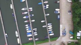 Opinión de Aeial sobre un puerto y un sitio para acampar almacen de metraje de vídeo