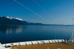 Opinión de Alaska del paisaje de una cubierta del barco de cruceros Imagen de archivo libre de regalías