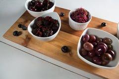Opinión de alto ángulo aceitunas con las diversas frutas en cuencos Imagen de archivo libre de regalías
