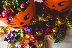 Opinión de alto ángulo de cubos anaranjados con los chocolates coloridos Fotos de archivo