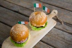Opinión de alto ángulo de hamburguesas con la bandera irlandesa Fotografía de archivo libre de regalías