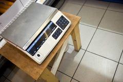Opinión de alto ángulo de la balanza en taburete en supermercado Imagen de archivo libre de regalías