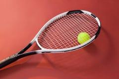 Opinión de alto ángulo de la bola amarilla fluorescente con la estafa de tenis Imagen de archivo