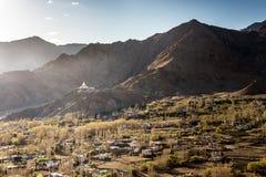 Opinión de alto ángulo de la ciudad de Shanti Stupa y de Leh Fotografía de archivo libre de regalías