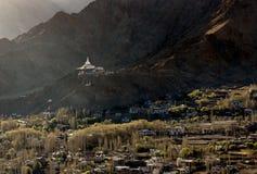 Opinión de alto ángulo de la ciudad de Shanti Stupa y de Leh Fotos de archivo libres de regalías