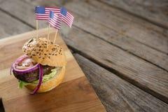 Opinión de alto ángulo de la hamburguesa con la bandera americana Imagenes de archivo