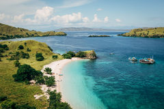 Opinión de alto ángulo de la playa del rosa del día soleado Foto de archivo libre de regalías