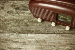 Opinión de alto ángulo de la radio vieja que se coloca en el escritorio de madera viejo Foto de archivo