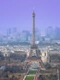 Opinión de alto ángulo de la torre Eiffel Imagenes de archivo