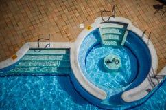Opinión de alto ángulo de una piscina vacía Imagenes de archivo