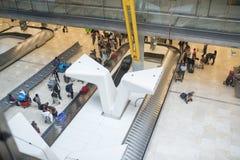 Opinión de alto ángulo del aeropuerto del equipaje del transportador Imagenes de archivo