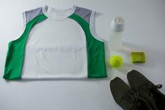 Opinión de alto ángulo del chaleco por la botella y el zapato de los deportes Foto de archivo libre de regalías