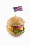 Opinión de alto ángulo del cheeseburger con la bandera americana Imagen de archivo libre de regalías