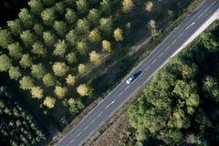 Opinión de alto ángulo del coche en el camino imagen de archivo libre de regalías