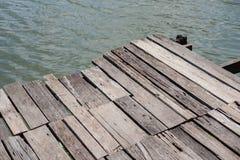 Opinión de alto ángulo del embarcadero de madera viejo imagenes de archivo