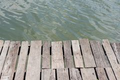 Opinión de alto ángulo del embarcadero de madera viejo fotos de archivo