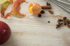 Opinión de alto ángulo del huevo quebrado con las especias Imagen de archivo libre de regalías