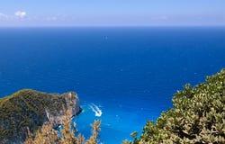 Opinión de alto ángulo del mar y de rocas azules, en la playa de Navagio Imagen de archivo libre de regalías