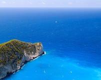 Opinión de alto ángulo del mar y de rocas azules, en la playa de Navagio Imagen de archivo