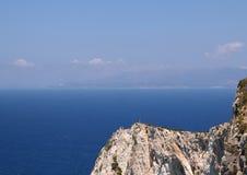 Opinión de alto ángulo del mar y de rocas azules, en la playa de Navagio Imágenes de archivo libres de regalías