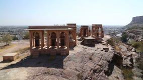 Opinión de alto ángulo del paisaje urbano de Jodhpur del templo de Jaswant Thada almacen de metraje de vídeo