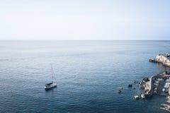 Opinión de alto ángulo del pequeños puerto y velero fotografía de archivo libre de regalías
