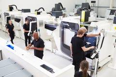 Opinión de alto ángulo del taller de la ingeniería con las máquinas del CNC imagen de archivo libre de regalías