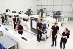 Opinión de alto ángulo del taller de la ingeniería con las máquinas del CNC fotos de archivo libres de regalías