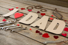 Opinión de alto ángulo del texto del papá con las herramientas de las formas y del trabajo del corazón Fotografía de archivo