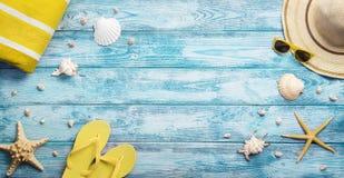 Opinión de alto ángulo del verano, accesorios de la playa foto de archivo libre de regalías