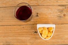 Opinión de alto ángulo del vino y del tapa Imagenes de archivo