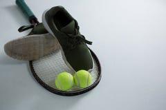 Opinión de alto ángulo del zapato de los deportes con la pelota de tenis y la estafa Fotos de archivo libres de regalías