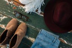 Opinión de alto ángulo del zapato y de los vaqueros con los accesorios personales Imagen de archivo libre de regalías