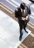 Opinión de alto ángulo el hombre de negocios con el teléfono celular Foto de archivo libre de regalías