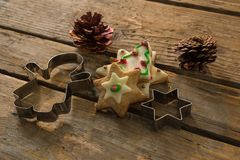 Opinión de alto ángulo de galletas con los conos del pino y de cortadores de los pasteles en la tabla Fotos de archivo
