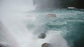 Opinión de alto ángulo hermosa del espray de la cascada que acomete abajo en el barco turístico de la excursión en la cámara lent almacen de video