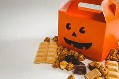 Opinión de alto ángulo de la caja anaranjada con los chocolates Fotografía de archivo