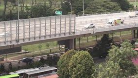 Opinión de alto ángulo de la carretera de Singapur en el día en timelapse