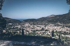Opinión de alto ángulo de la ciudad de Soller, Mallorca foto de archivo